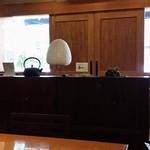 40902941 - 中央テーブルから、入り口付近を眺めた。