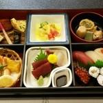 六園荘 - 料理写真:お昼ご飯にお弁当を出してもらいました 美味しかった‼