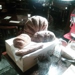MOTHERS ORIENTAL - スライサー脇に置かれたパン