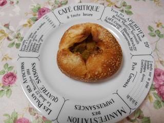 世田谷の郷 - 焼きカレーパン。お皿に乗せます