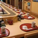 うまい鮨勘 - 内観写真:粋な職人がお出迎えするカウンター席。