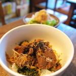 クワランカ カフェ - 豚の角煮のせ高菜ご飯(サラダ付き)