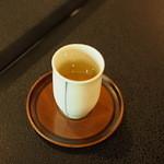 実生 - 最初の水代わりに冷たい煎茶。小さなかわいい湯飲みです。