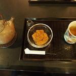 実生 - 献上加賀棒茶とわらび餅のセット。