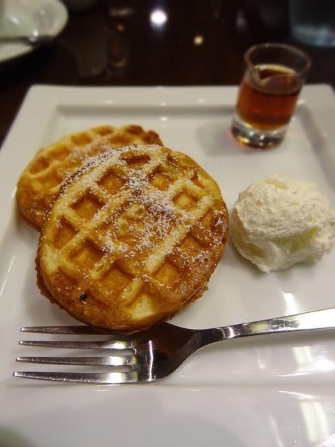 オスロコーヒー 五反田駅前店 - パンケーキのサイズはフォークから…
