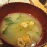 コーデュロイ カフェ -   定食の味噌汁はワカメと豆腐のお味噌汁でした