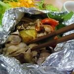 コーデュロイ カフェ - メインの豚肉と夏野菜のホイル焼き、暑い夏にぴったりのおかずです。