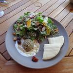 ファーム トゥー ユー - ナスのペーストとピタでサラダ