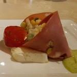 リストランテ ステファノ - 前菜 サラミとコーンとライスのサラダ ヨーグルトのババロアとアボガドソース