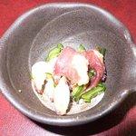 寿司・割烹 万両 - 突き出しです。タコとキュウリの酢の物です。