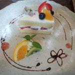 AMI - プレートセットのデザート(フルーツのショートケーキ)