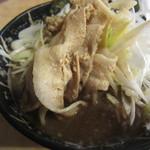 麺場 七人の侍 - スープの中には豚バラが隠れています