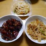 40950176 - 左:黒酢の酢豚(200g)、上:春雨と野菜の辛子炒め(100g)、右:もやしとくらげの和え物(200g)