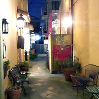 ジェラテリア テオブロマ - 【外観】お店側から見た外観です。ベンチを並べているのでテイクアウトにご利用下さいませ。