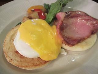 森の中の朝食とカフェの店 キャボットコーヴ - エッグベネディクト、ホームフライ付