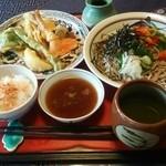 かちゃ料理 むとう - お蕎麦をいただきました。夏野菜に彩られてカラフルです。