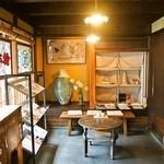 冨田酒店 - 店内にイートイン用のテーブルと椅子があります