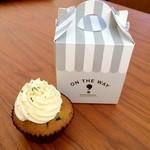 ON THE WAY, Cupcakes&Coffee Shop  - あずき抹茶カップケーキ 390円