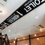 デコ カフェ - 天井に設置してある案内板