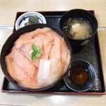 40965318 - サーモン丼¥880 + ホタテ貝柱¥200