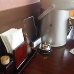 ひさ家 - 卓上  お茶はセルフ