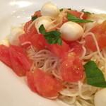 グラスデイ - 料理写真:トマトとモッツァレラの冷製パスタ