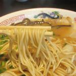 翔龍軒 - 豚骨のコクとかなり醤油味が効いているスープに平打ち麺が絡みます。