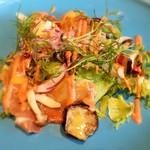 40973651 - 1500円のランチコースから選べるサラダ(魚介)の前菜です。自家製冷燻サーモンと夏野菜のサラダ トマト絞りドレッシング。