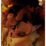 トラットリア グランボッカ - 若鶏のハーブガーリックロースト1900円。皮の下にぎっしりニンニクスライスが入ってます!