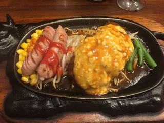 ステーキのくいしんぼ 高円寺北口店 - ソーセージとタルタルソースハンバーグ