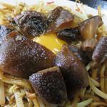 天龍 - 焼きそばの中央に、花びら状に盛られた甘辛く煮た椎茸、花芯には生卵がポットン!                             大分は椎茸の特産地なので、考案されたメニューなんでしょうね。