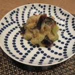 東京チャイニーズ 一凛 - 茄子とピータン 赤唐辛子と青唐辛子の塩漬け 葱と生姜、香味野菜のソース すり潰して2