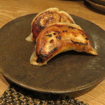 東京チャイニーズ 一凛 - 焼き餃子、黒酢と辣油のソースで2