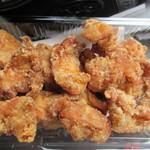 佐藤鶏肉店 -   骨無し唐揚げ100g190円を400g、ジューシーで柔らかい鶏肉専門店ならではの唐揚げ、やや小ぶりなんでおつまみにピッタリです。