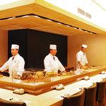 おたる政寿司 - 内観写真:吉野檜を使った一枚板のカウンター