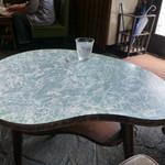 喫茶マドラグ - お一人様席のテーブル♪