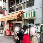 フルーツパーラーフクナガ - 店舗行列(土曜日)