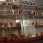 薮真 - 壁には蕎麦猪口のコレクションが展示してあります
