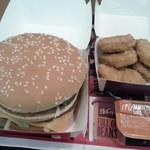 マクドナルド - ビッグマックとチキンマックナゲットのアップです。(2015年8月)