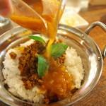 クワランカ カフェ - トマトベースのラッサムをかけていただきます