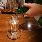 41008195 - お酒注ぎ中