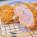 馬酔木 - 料理写真:特上ヒレかつ ヒレ肉の一番柔らかい部分のみを使用しております。肉汁の多さは、さすが岩中豚