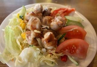 武鳥 - たっぷりの野菜の上に、ジューシーな炭火焼鳥がのった新メニュー!680円