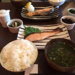 ハーバーズキッチン - トキシラズ定食 手前→粕漬け 奥→塩鮭