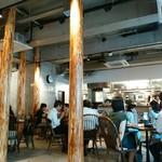 ムロマチカフェハチ - オープンで開放的な店内