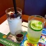 カフェ・ド・クリエ - ソルベージュ塩バニラ&コーヒーT470円・ソルティライムスパークリングR390円