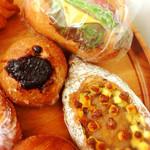 宇地泊製パン所 sourire - 海老アボカドサンド。ほろ苦チョコと胡桃のハードパン。ゴルゴンゾーラチーズと胡桃と蜂蜜のハードパン。