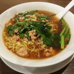 41034497 - 台湾ラーメン は、細 縮麺 で、タップリのニラ、みじん切りのニンニク、もやし、唐辛子、ミンチ が入っています。スープは醤油味の濃いお味です。