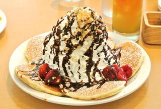 エッグスンシングス さいたま新都心店 - ストロベリーのパンケーキにチョコレート追加☆