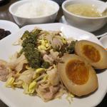 41038619 - 日替わりの、豚しゃぶと豆もやしの椒麻ソース 味玉付き(780円)